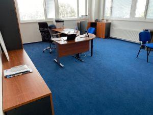 Do kanceláří koberec v barvách firmy. Doporučili a položili jsme příjemný koberec s nízkým vlasem, který je nenáročný na údržbu.