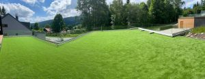 Umělá tráva nejenže v dnešní době vypadá velice reálně, ale také jí nemusíte sekat. Není divu, že se stává stále populárnější na zahradách.