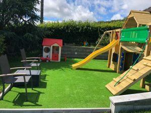 Umělá tráva je precizně zarovnaná - jedná se o ideální materiál i pro dětská hřiště.