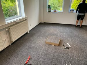 Pokládka kobercových čtverců - tato krytina má obrovskou výhodu, že když se stane nehoda např. že se na koberec něco vylije, stačí vyměnit pouze 1 čtverec a nemusí se měnit celý koberec.